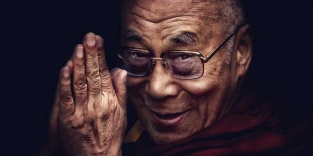 uśmiechnięty dalajlama pole serca anjali mudra